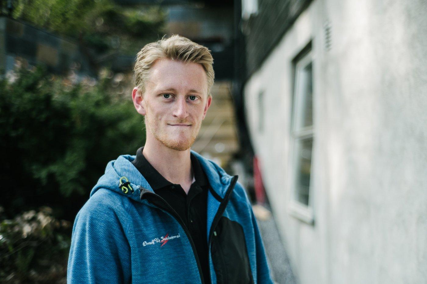 Portrettbilde av en smilende Fredrik.