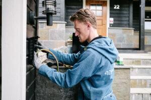 fredrik ørnulf wiig elektriker fester en easee elbillader